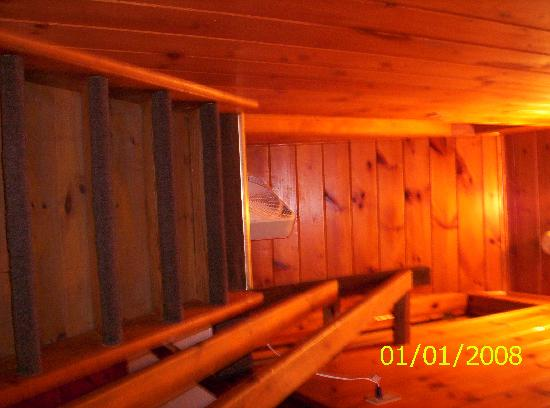 Kathy's Resort and Cottages: Stairs leading to two bedrooms