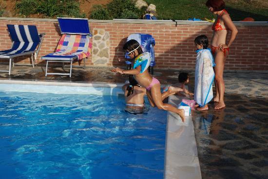 Agriturismo Val della Pieve: La piscina, passione delle bambine