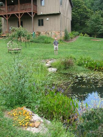 The River Lodge Bed and Breakfast: Lovely pond on the property