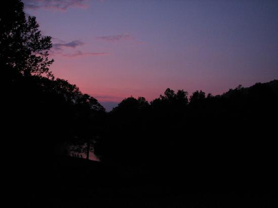 The River Lodge Bed and Breakfast: Sunset on the Tuckaseegee