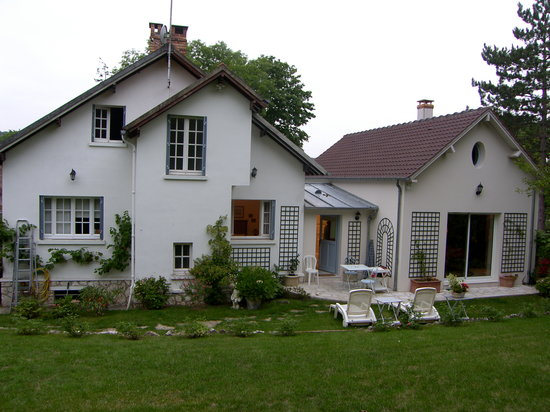 Marie et Gilbert Therin B&B: rear of house and entrance to room