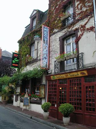 Dives-sur-Mer, France: Restaurants. Houlgate
