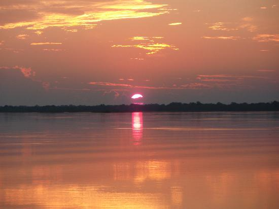 Matetsi Private Game Reserve: Puesta de sol en el Zambeze....impresionante...