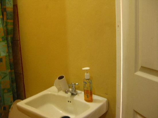 Hotel Green Day Inn: No mirror over sink in toilet