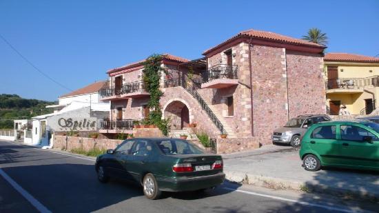 Spilia Village Hotel: route devant les chambres