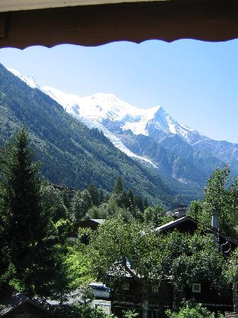 Chalet Hotel Hermitage Paccard: Vista del glaciar y el Midi Aiguille desde la terraza