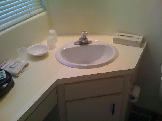 Surf and Sand Beach Motel: Bathroom sink
