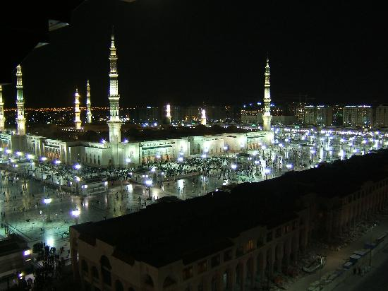 Elaf Taiba Hotel: The view of the Masjid at night from the hotel room