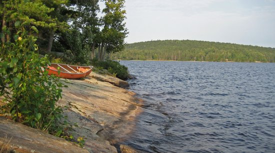Killarney Lodge: Rocks (and canoe) in front of our cabin