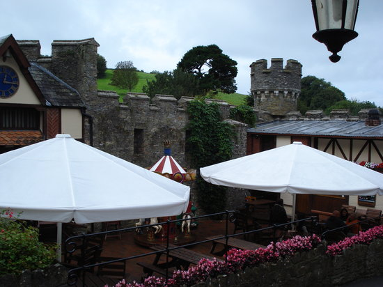 Ilfracombe, UK: Watermouth castle - patio area