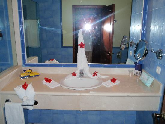 Iberostar Dominicana Hotel: Sink with towel art and flowers