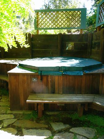Redwood Croft: The Garden Room's private jacuzzi.