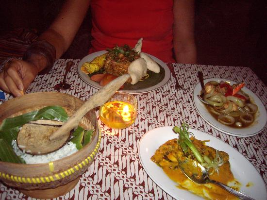 Rumah Mertua: Cena deliciosa en el restaurante