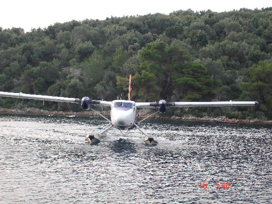Zakspitaki B&B: The sea plane from corfu