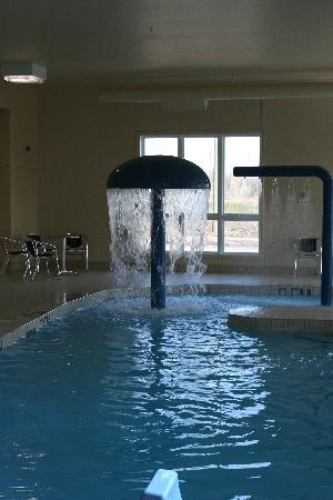 Super 8 Lachenaie/Terrebonne : Pool water fountain thing