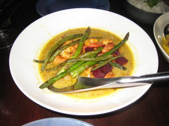 Vij's Restaurant: スパイシーな海老とアスパラのカレー