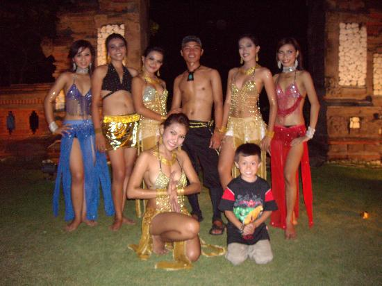 Discovery Kartika Plaza Hotel: The dancers at our seafood buffet