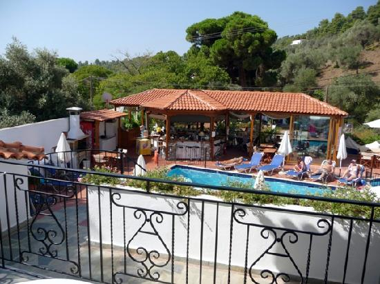 Filokalia Apartments: Il bar e la piscina