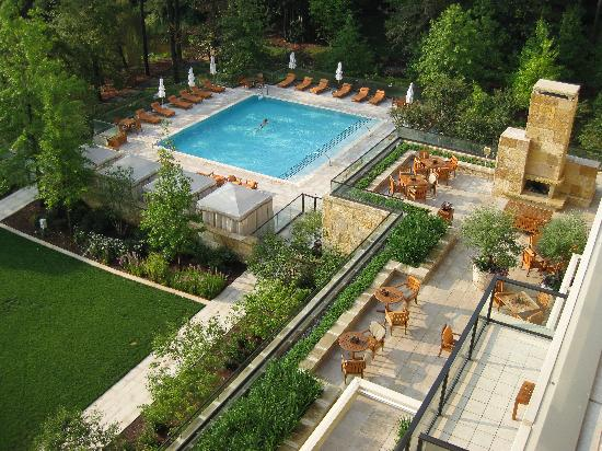 The Umstead Hotel and Spa: pool view withoutdoor fire view