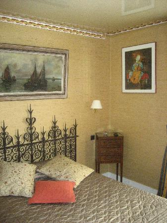 Hotel Delavigne: Single room no ac charged for a double superior 2 bed room WITH AC
