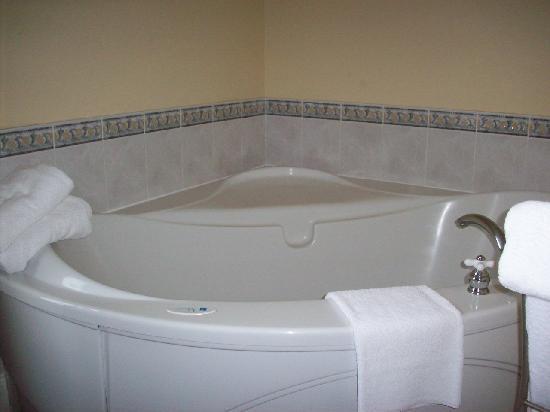 Lunenburg Arms Hotel: Jacuzzi - Room 308