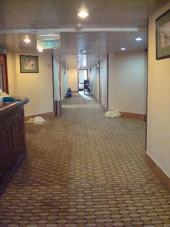 Ko Wah Hotel: alley from lift