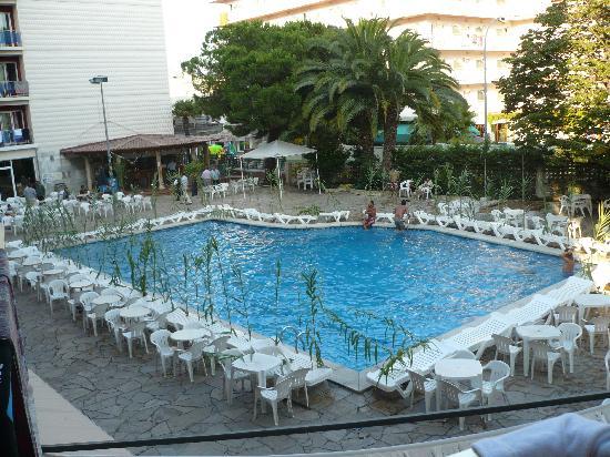 Gran Hotel Don Juan : preparation d'une soiree au bord de la piscine