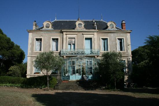 Quarante, Frankreich: rear view of house and solarium