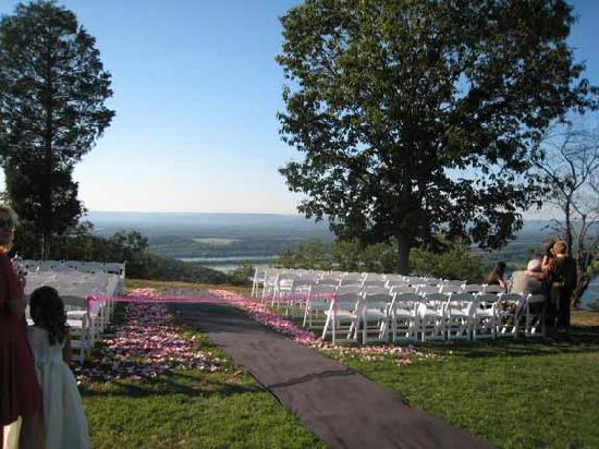 The Lodge at Gorham's Bluff: Wedding on bluff