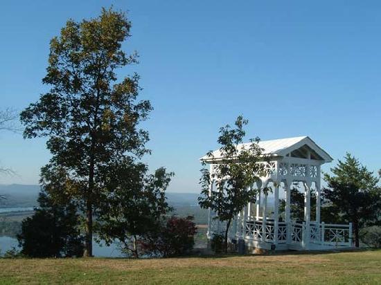 The Lodge at Gorham's Bluff: Gazebo on bluff