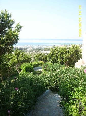 Koutsounari, اليونان: vue de l'hotel et de la mer à partir du village
