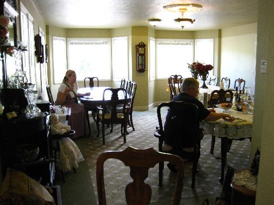Amid Summer's Inn Bed and Breakfast: Amid Summer's Inn Dining Room