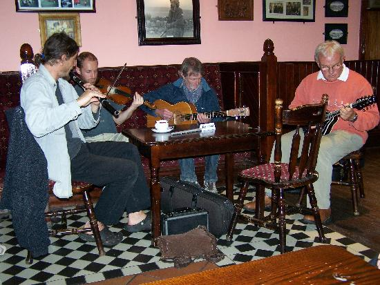 Imperial Hotel: Irish folk music in the bar