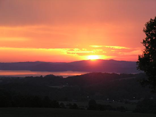 Lisa's Country Kitchen : Sunrise from just down the road from Lisa's near Cherokee Lake, Tennessee