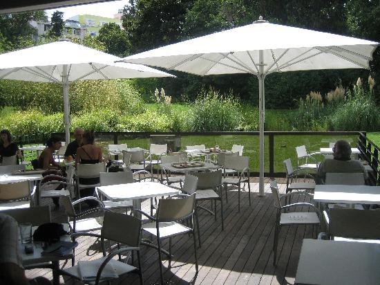Musée Calouste-Gulbenkian : esta es la terraza que da al jardin, donde se puede comer