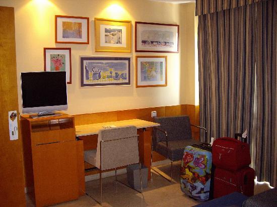 NH Ciudad de Zaragoza: Nuestra habitación al llegar