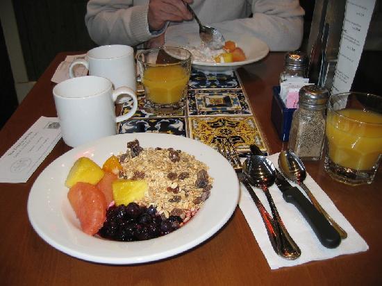 Fox Hotel & Suites: Breakfast