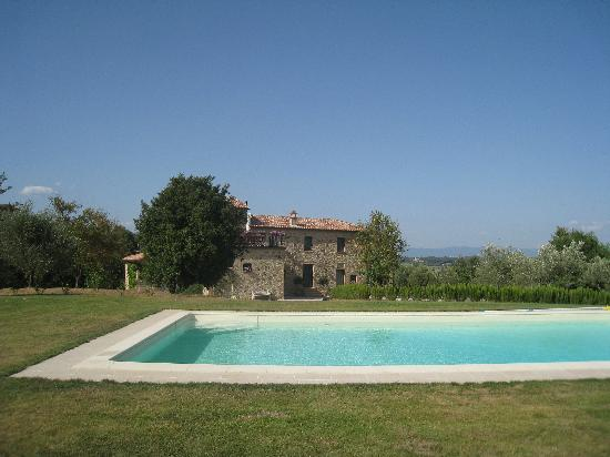 Relais Il Vallone: Pool and house