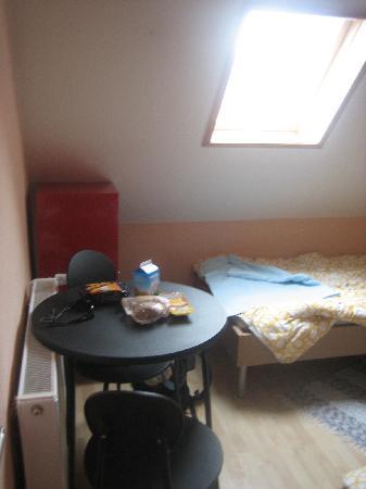 Southend Hostel Bremen: Mesa en habitación triple