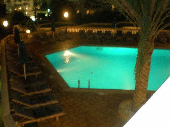 Azul Playa: Pool bar by night