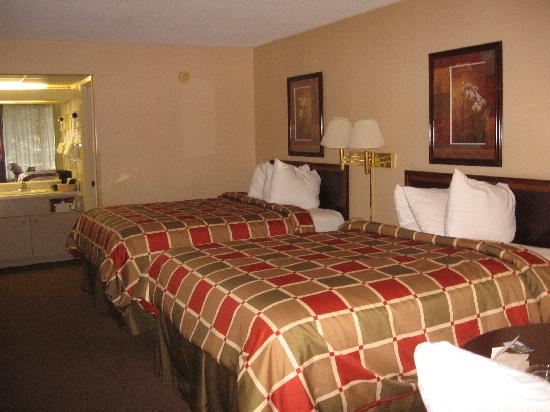 Baymont Inn & Suites Sevierville Pigeon Forge: Room 117-hey the same but in reverse!