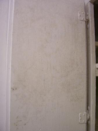 Beachgate CondoSuites and Hotel: Mold on kitchen cabinet door