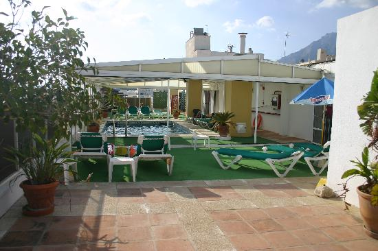 El Rodeo : The rooftop pool - note nicely shaded