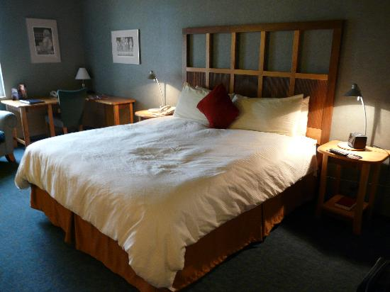 Dimond Center Hotel: The Big Bed!