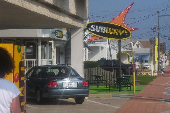 Newport Beach Resort: Subway behind the hotel