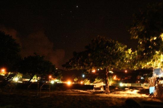 Crystal Cove Beach Resort on Sapphire Bay: 夜のビーチ