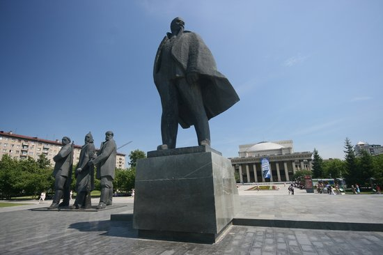 Novosibirsk, Russland: Mr. Lenin and workers in main square. Opera house in the background.