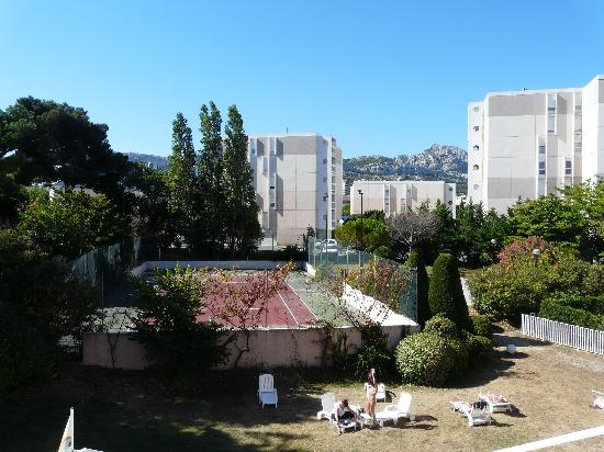 Best Western Marseille Bonneveine Prado : Vista della camera sul campo da tennis dell'hotel