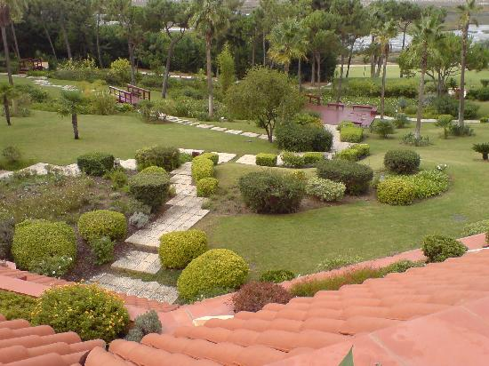 Quinta Do Lago Hotel: The well maintained gardens leadinf to the beach