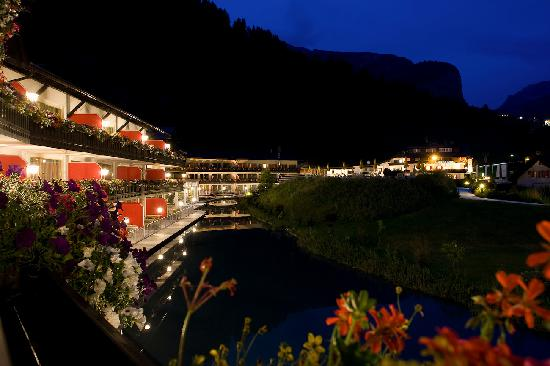 Alpenroyal Grand Hotel - Gourmet & Spa: Junior terrace view by night